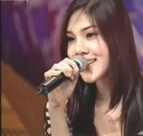 Ragazza canta con voce da uomo video
